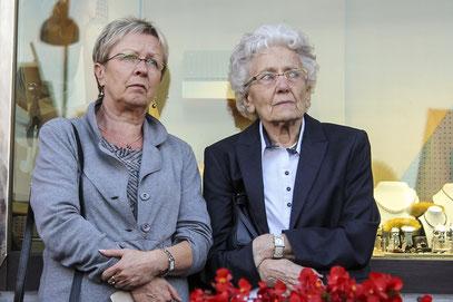 Bedrückt hören die Gäste bei der Stolperstein-Verlegung die Schicksale der Menschen aus der jüdischen Gemeinde, die Opfer der Nationalsozialisten wurden.