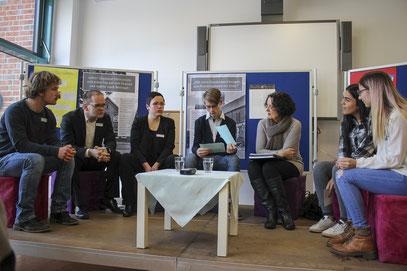 Gespräch zu damals und heute: Wilhelm-Busch-Schüler reden mit Grant Hendrik Tonne (2. von links) und Ingrid Wettberg (3. von rechts).
