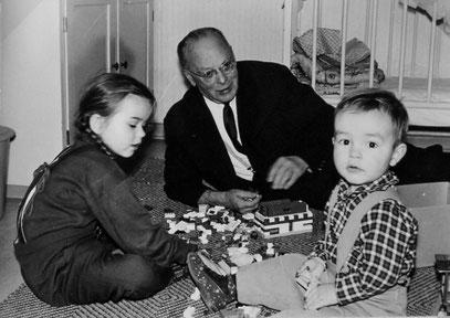 Das Familienfotos aus dem Jahr 1965 von Hans Heinze sen. beim Spiel mit zwei Enkelkindern weist nicht auf den desolaten Gesundheitszustand hin, der ihm in Gutachten bescheinigt worden war.
