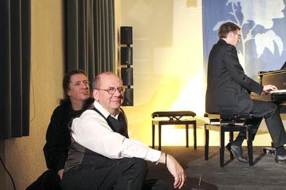 """Dreiklang: Matthias Schlicht (vorne) brilliert in der """"Romantik Bad Rehburg"""" und wird von Liedermacher Daniel Fernholz und Pianist Frederik Feindt begleitet."""