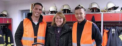 Kai Froß (rechts) und Mathias Wolf helfen als Rettungsassistenten bei Notfällen in Riechheim, hier mit Ortsteilbürgermeisterin Corinne Krah. Foto: Antje Köhler