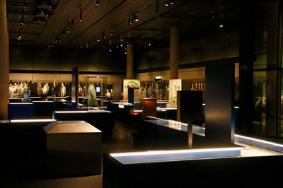 Der Ausstellungssaal mit den verschiendenen Mitmachstationen, Bild: Timo Mäule.