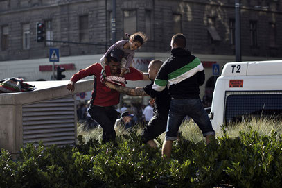 AincaArt, Ainca Gautschi-Moser, Foto und Text, Writer, Photographer, Quersatz, Flüchtende, Syrien, Hooligen-Angriff