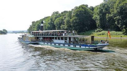 Schaufelraddampfer auf der Elbe