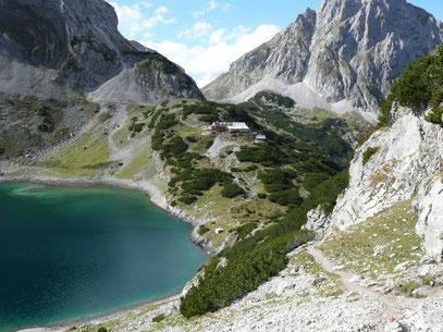 Coburger Hütte mit Drachensee.Gesehen vom Hinteren Tajakopf.