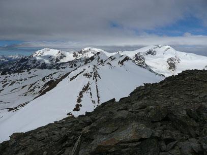 In Bildmitte:Die Veneziaspitzen.Rechts:Cevedale und Zufallspitzen.Links:Palon de la Mare und Monte Vioz.Gesehen von der Hinteren Schranspitze
