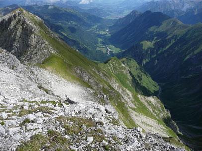 Linkerskopf (Links)mit Nordgrat und Stillachtal sowie Blick ins Bacherloch