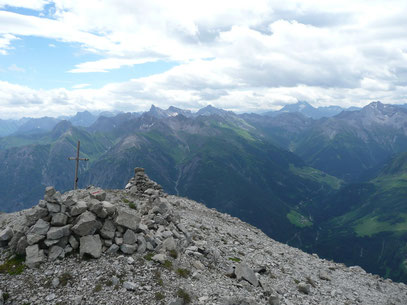 Am Gipfel der Ellbogner Spitze mit Blick zu den Lechtaler Gipfeln