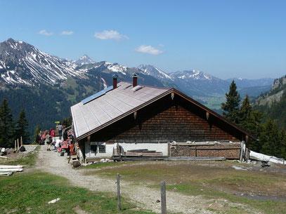 Die Schneetalalm mit Blick über das Tannheimer Tal