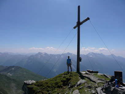 Am Gipfel der Hohen Kreuzspitze mit den Sarntaler Alpen im Hintergrund