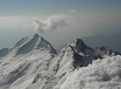 Der Gipfel der Lazinser Rötelspitze bei winterlichen Verhältnissen.(Bildmitte)Daneben der Tschigat.