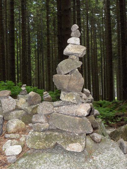 Aufeinandergetürmte Steine im Harz stehen für Balance
