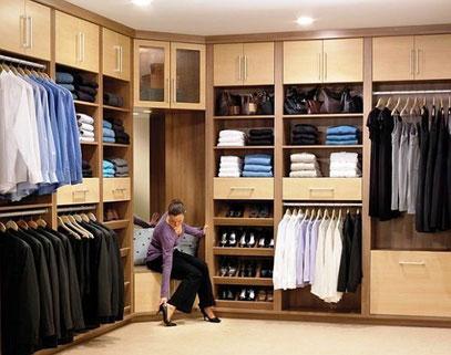 Closet con cajonera, repisas con puertas, zapatera y barras de colgar ropa