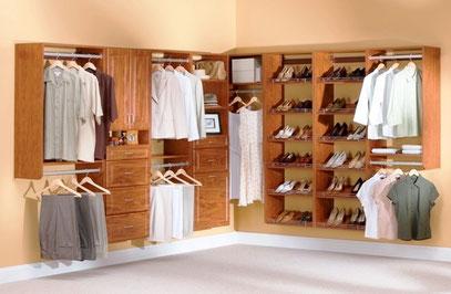 Closet con cajoneras, repisas, zapatera y barras de colgar ropa