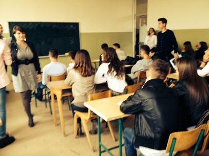 Noch eine Seltenheit: eine serbische Lehrerin in einer albanischen Schule.