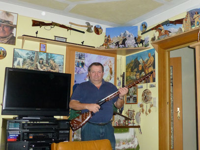 Kurt mit seiner Silberbüchse und seiner zahlreichen Sammlung