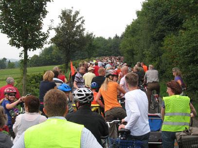 Stau auf der Fahrradtour rund um das geplante Industriegebiet herum am 9.8.2009