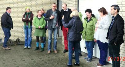 Niedersachsens Landwirtschaftsminister Chistian Meyer (Grüne, allerdings mit roter Hose) besucht die BI am 21.3.2014