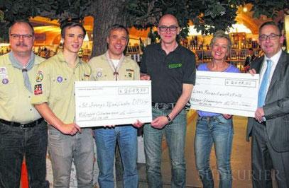 Für den Jugendzeltplatz der St. Georgs-Pfadfinder nehmen Christoph Mittermeier (von links), Henrik und Dirk Hausmann 2.617,50 Euro in Empfang. Bild: Fein