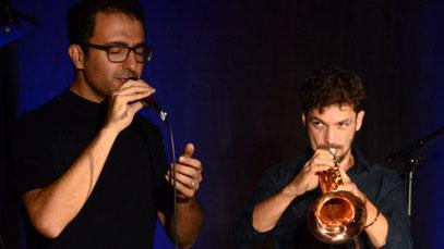 Sänger Rabih Lahoud singt in verschiedenen Sprachen, begleitet wird er von Trompeter Marcus Rust und zwei weiteren Musikern. (Foto: Toni Heigl)