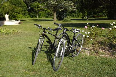les 2 bicyclettes à disposition pour des balades à son rythme dans la campagne