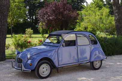 The citroën 2CV for original tours in Provence