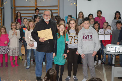 Luna, Delia und Deniz übergeben die Spenden des Weihnachtskonzertes