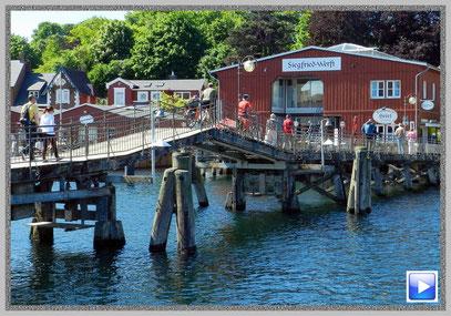 Die Holzbrücke im Hafen - ein Wahrzeichen von Eckernförde