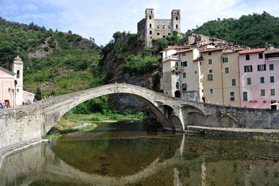 Idyllische Brücke in Dolceacqua
