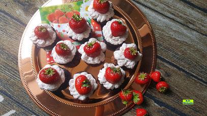 Rezeptvorschau auf ein Backrezept aus Dinkel-Dreams 3 von K.D. Michaelis: Selbstgebackene Schokoladen-Cupcakes mit Erdbeer-Tiramisu