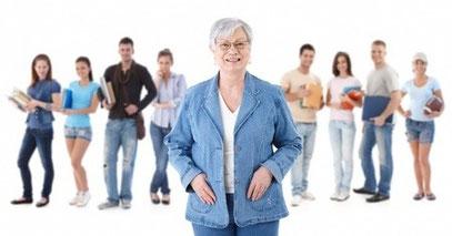 ältere Dame mit Studenten