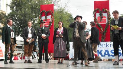 Auftritt beim Aufsteirern 2012 am Eisernen Tor in Graz. v.l.: Sepp Maier, Peter Gimpl, Erika Riemer (┼), Heinz Mahr, Lisbeth Mitlöhner, B.Prattes, Präs. Anton Wilflinger.