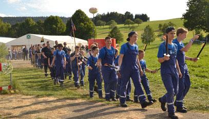 Einzug der Teilnehmer ins Zeltlager (Bild: Jens Geschke)