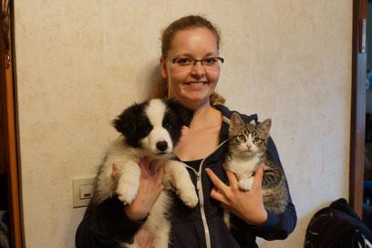 Dakota mit ihrem neuen Frauchen Svenja und Katze Toffee