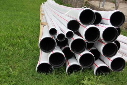 Früher waren es Eisenguss- oder Tonröhren - heute werden widerstandsfähige Kunststoffrohre für den Leitungsbau verwendet.