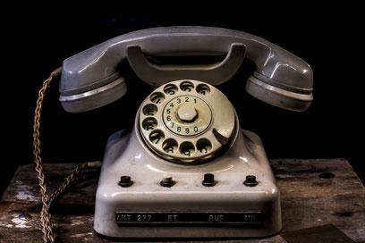 Titelbild der Kategorie Kontakt, traditionelles Telefon mit runder Wahlscheibe