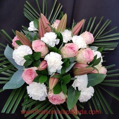 Ramo variado con rosas claveles y lirio ref RV170717