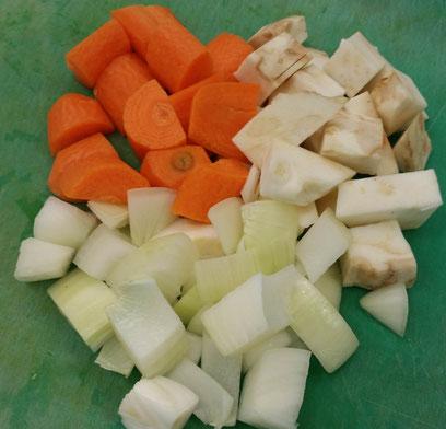Karotten, Sellerie und Zwiebel in ca. 1 cm große Würfel (Mirepoix) schneiden.