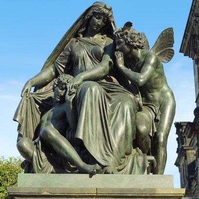 """Figurengruppe """"Die Nacht"""" von Johannes Schilling, Treppe zum Schlossplatz"""