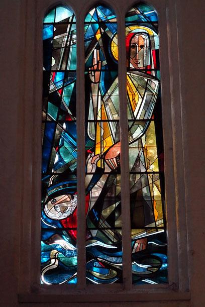 """Glasfenster in St. Nikolai: """"Sinkender Petrus"""" (1956) von Heinz Lilienthal"""