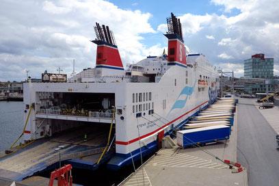 Container-Fährschiff im Kieler Hafen