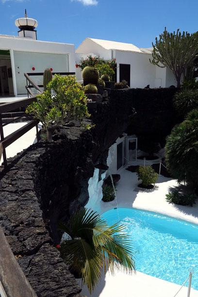 """Schwimmbecken im """"Jameo"""", einer durch Einsturz entstandenen Grotte"""