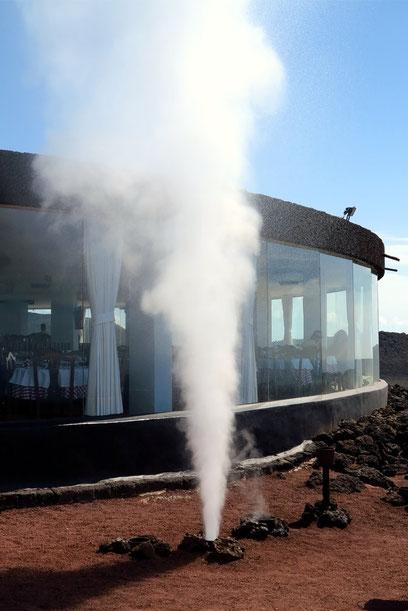 Vulkanhitze lässt eingegossenes Wasser als Dampffontäne emporschießen.