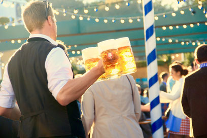 Camarero con cervezas en el Oktoberfest