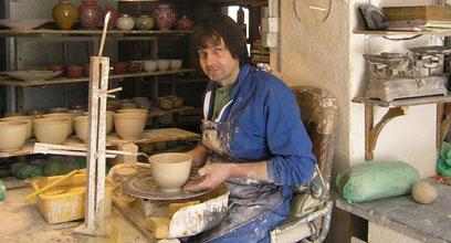 Pierre-Henri tournant des bols en porcelaine
