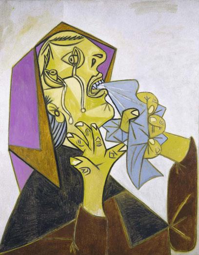 Cabeza de mujer llorando con pañuelo.Postcripto de Guernica 1937.Óleo y lienzo92x73cm.Museo Reina Sofía.Los dibujos preparatorios para el Guernica alcanzan la intensidad radical necesaria para despertar en el público el horror que desencadena la guerra.