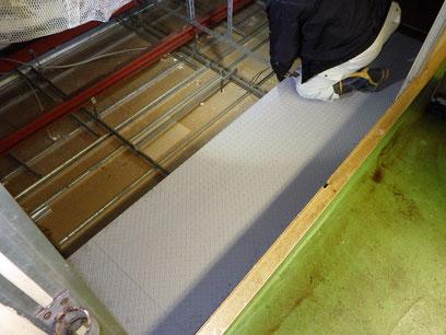縞鋼板足場取付
