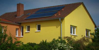 Sonnenenergie vom Dach - hier unsere Vakuum-Solarkollektoren - unterstütztz das Energie-Management unsers Ferienhofes. Foto: Klaus Kochendörfer
