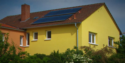 Sonnenenergie vom Dach - hier unsere Vakuum-Solarkollektoren - unterstützt das Energie-Management unseres Ferienhofes. Foto: Klaus Kochendörfer