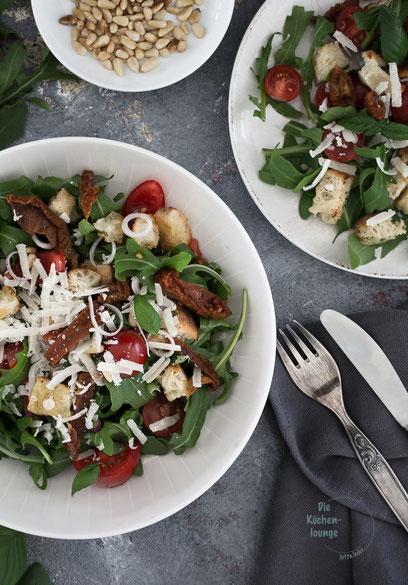 Brotsalat mit Tomaten auf Tellern